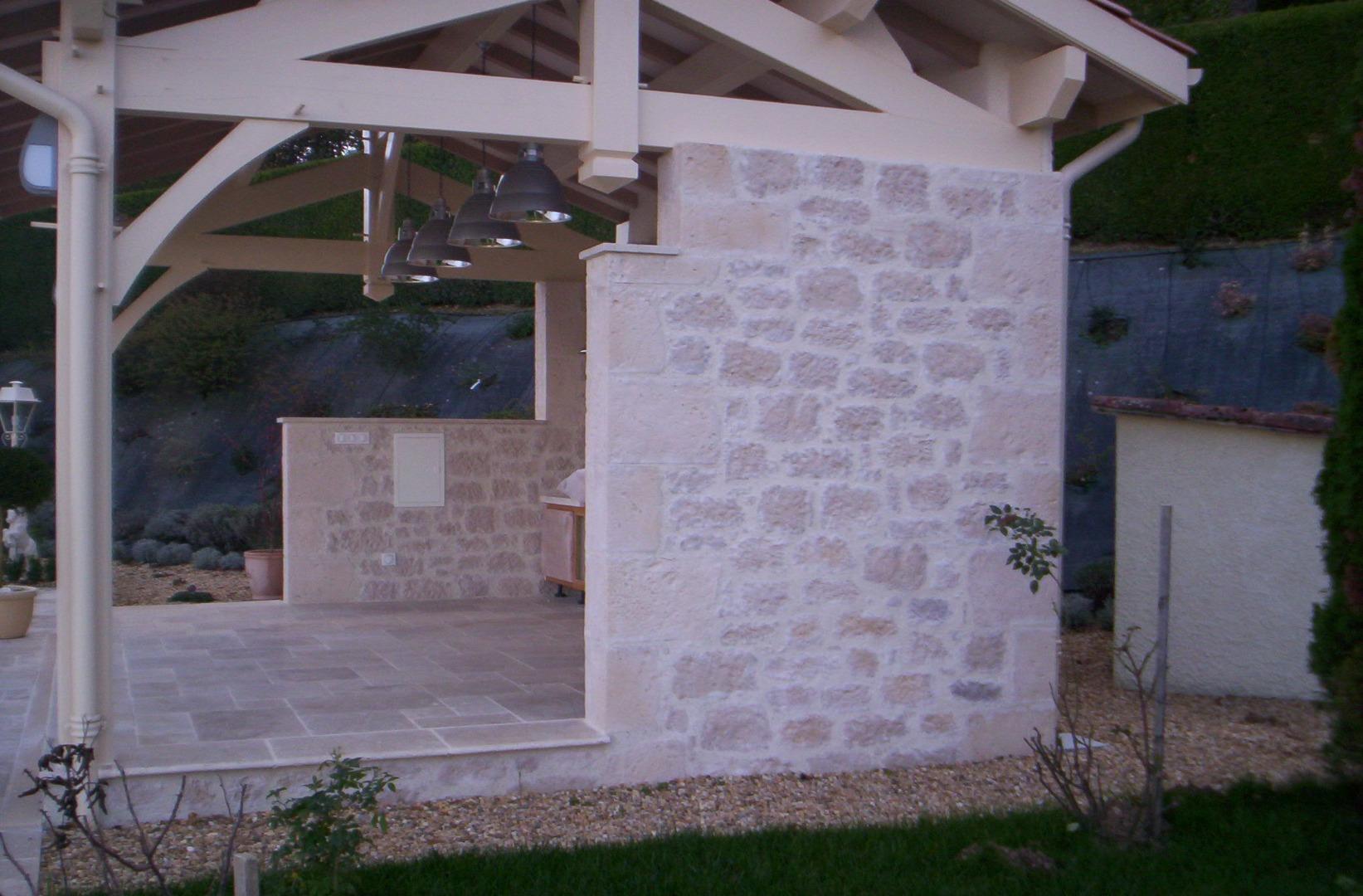 Pool house avec de la fausse pierre